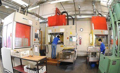 due ragazzi che lavorano in una fabbrica