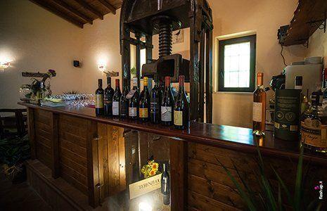 Bar con vini di qualità dell'Osteria La Merla Di Sparicio Laura a Roccalumera