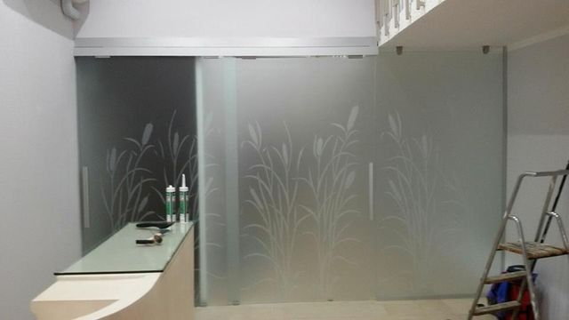 un bancone e una porta in vetro con dei disegni