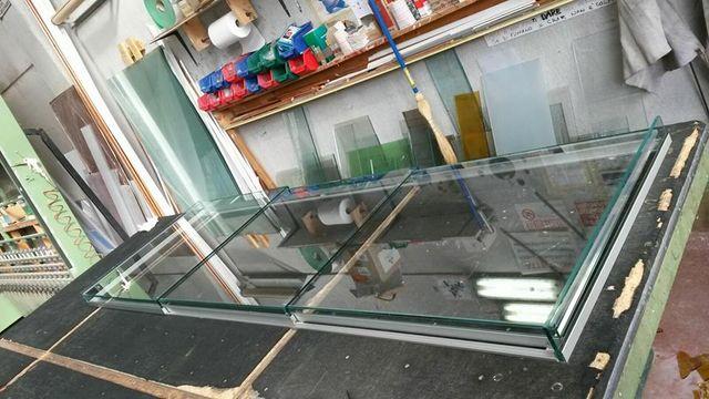 Il pannello di una finestra in vetro