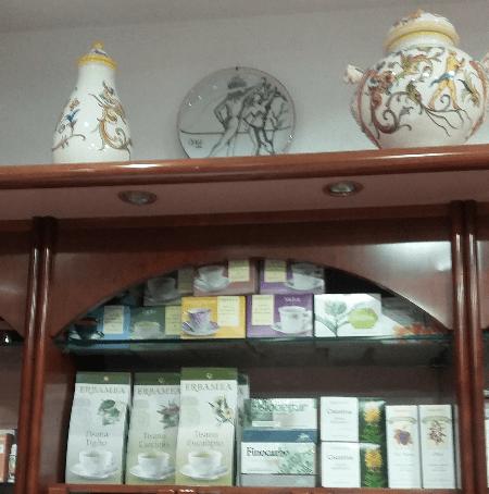 scaffale con i prodotti di erboristeria