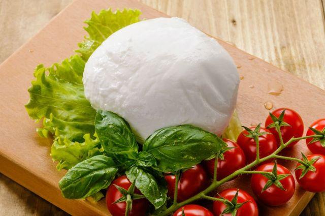 una mozzarella,del basilico e dei pomodorini