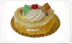 un dessert con panna montata e canditi verdi e rossi