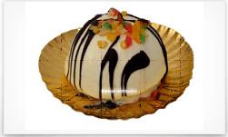 un dessert di glassa bianca con sciroppo di cioccolato e canditi
