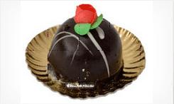 un deserto al cioccolato con una glassa a forma di rosa rossa