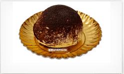 un dolce con polvere di cacao