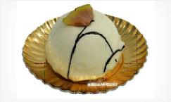 un dolce bianco con sopra un fico
