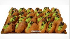 di bignè con panna verde e praline di cioccolato
