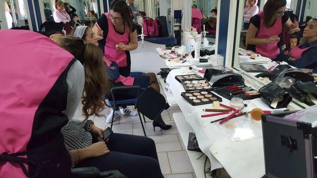 due ragazze si esercitano con il make up