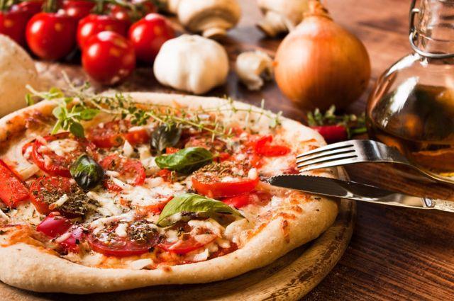 Pizza di pomodori freschi, mozzarella e rucola