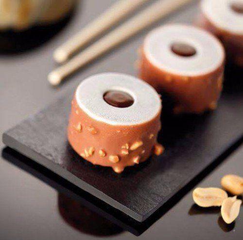 Uramaki al cocco e miele con croccante al cioccolato e nocciole