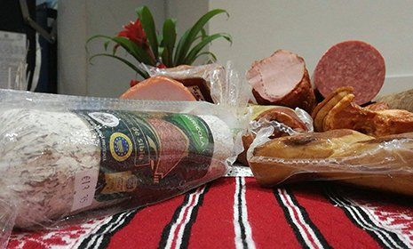 confezione di salame baguette di pane e altri affettati  posti su un tavolo