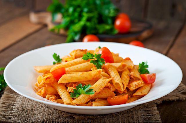 Pasta con rucola, pomodori freschi e olive nere