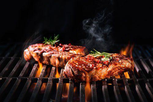 Carni asándose alla griglia con un tocco di erbe