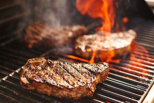 Due bistecca allettanti pronti per essere serviti