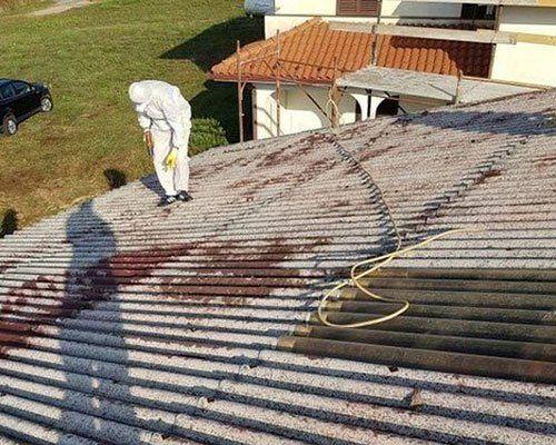 Tecnico che sta riesaminando il tetto