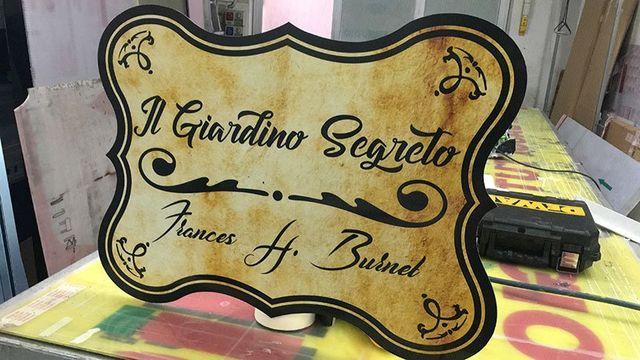 una targhetta con scritto Il Giardino Segreto