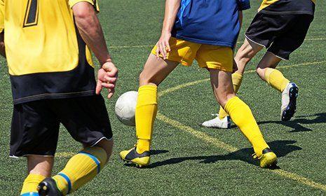 uomini che giocano a calcio