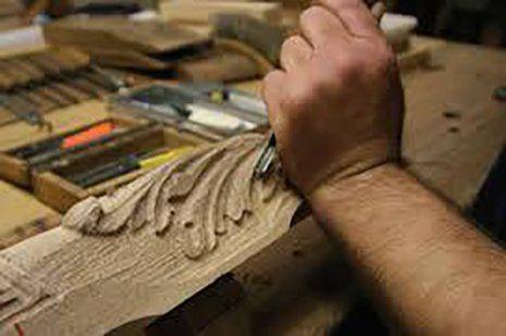 Intagliatore al lavoro su legno a Marano di Napoli