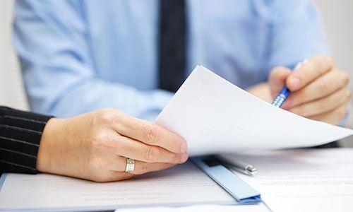 Gli uomini d'affari presso l'ufficio discutendo e analizzando documenti