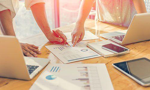 Gli uomini d'affari analizzando i grafici di investimento. Contabile, con soft focus