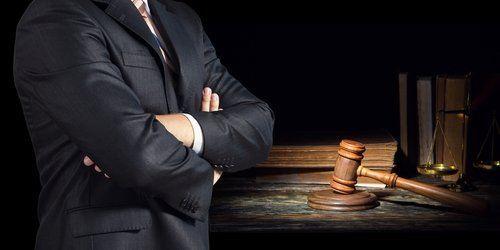 avvocato con le armi attraversate in un studio legale