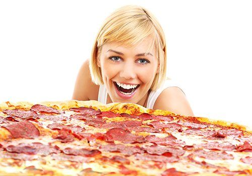 Ragazza elenco per addentare una pizza bestiale