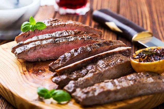della carne alla griglia e delle patate