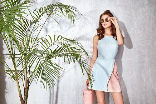 modella che posa con un vestito azzuro e rosa antico