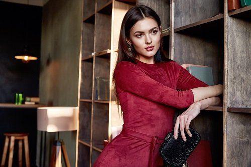 modella posando con un elegante vestito rosso
