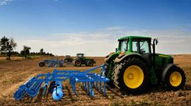 Un trattore verde in un campo agricolo