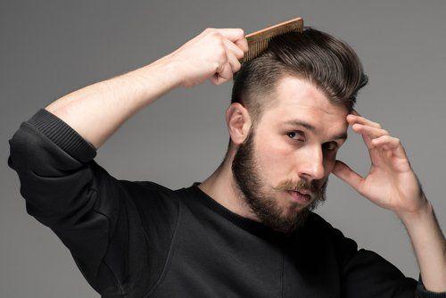 uomo si pettina i capelli