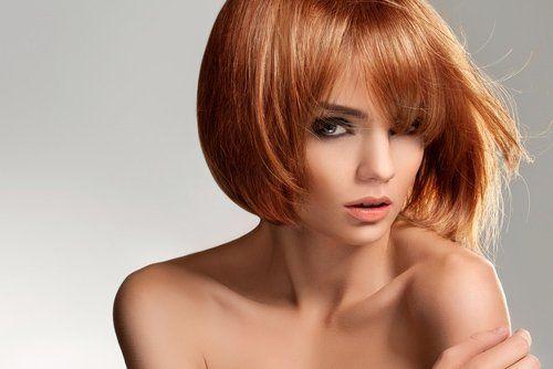 modella con capelli arancioni