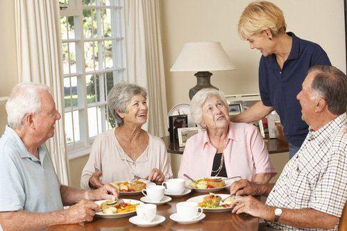 anziani mentre mangiano a casa riposo