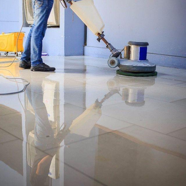 pulizia tappeto con aspirapolvere