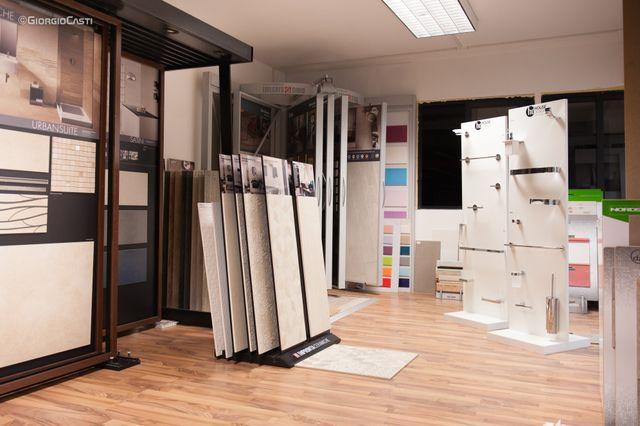 Camera bianca con finestre e pavimento in legno