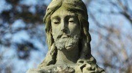 statua con foto della faccia di gesu cristo