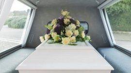 cofano funebre dentro un carro funebre