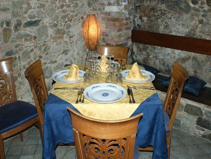 un tavolo apparecchiato con delle tovaglie dorate e blu