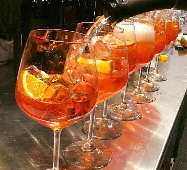 una bottiglia di Bourgogne Chardonnay e un bicchiere