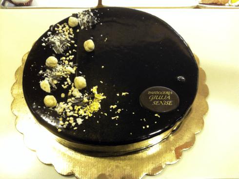 Torta di cioccolato nero con dettagli di cioccolato bianco