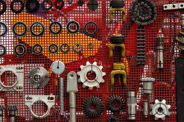 Maglie di parete dove vi sono diversi pezzi e gli ingranaggi per il secondo di motori