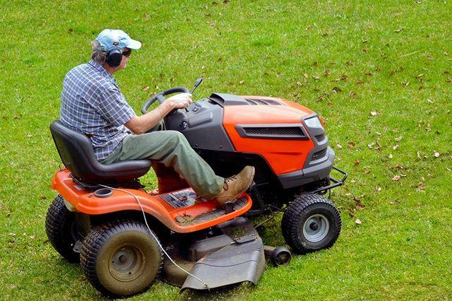 Mini trattore per tagliare l'erba in grandi superfici