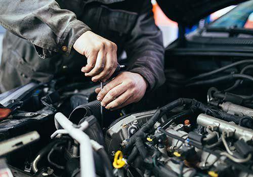 Tecnico lavorando all'adeguamento del motore