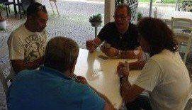 quattro amici al tavolo