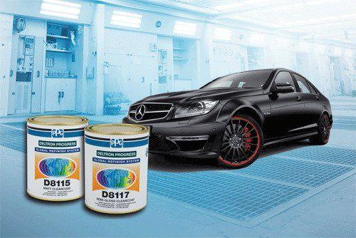 una Mercedes grigia scura e due barattoli di vernice