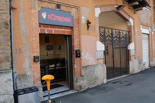 un negozio visto da fuori con la scritta iCrepes sulla  vetrina