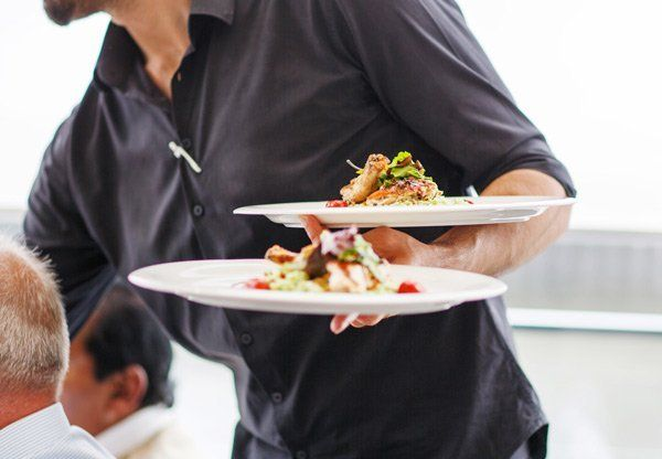 uno staff giovane con piatti di cibo