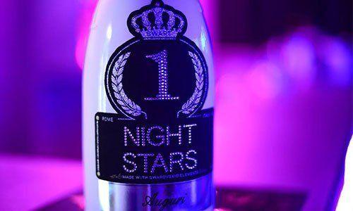 bottiglia di color bianco con scritto Night Stars al centro su sfondo viola