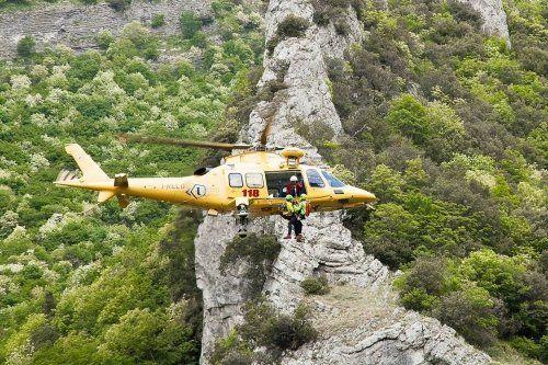un elicottero e dei soccorritori con delle imbracature